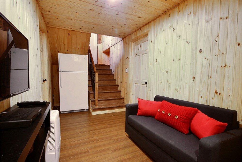 Chalet en bois rond L'Aigle-Noir - Salon du sous-sol