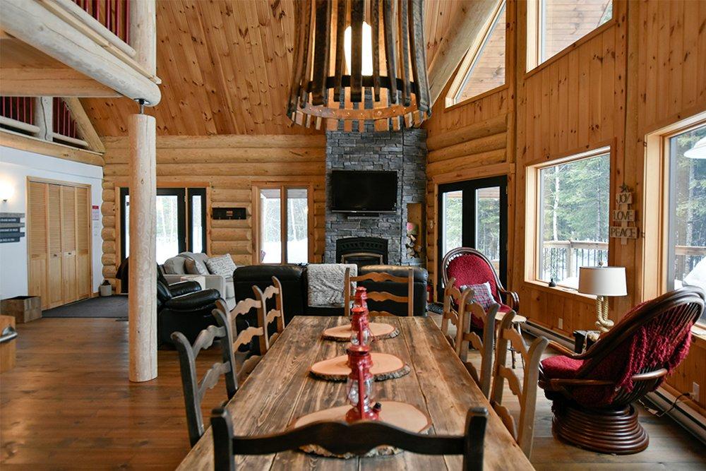 Chalet en bois rond Le Pinecone - Cuisine et Salle à Manger