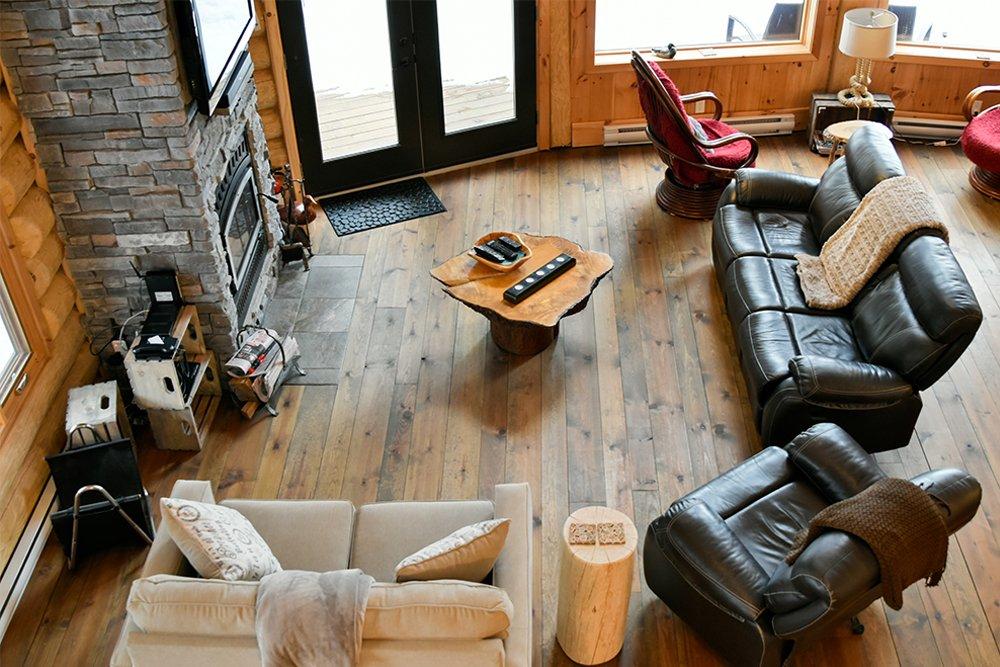 Chalet en bois rond Le Pinecone - Salon vue de la Mezzanine