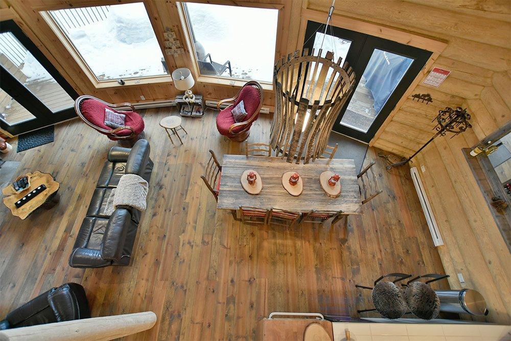 Chalet en bois rond Le Pinecone - Salle commune vue de la Mezzanine