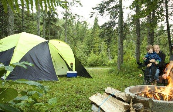 Camping de la Rivière Matane - Tente et feu de camp