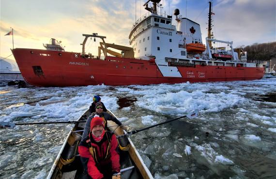 Canot à glace sur le fleuve