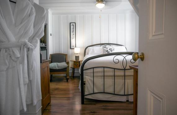 Comfort room - 1 queen bed
