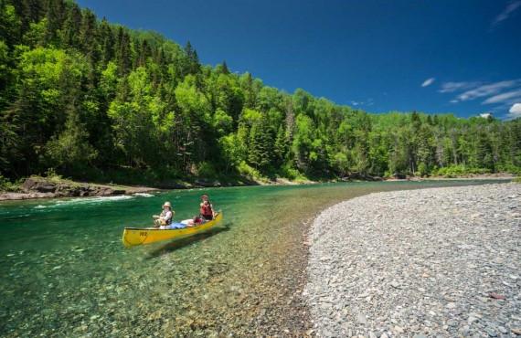 Parcourir la rivière en canot