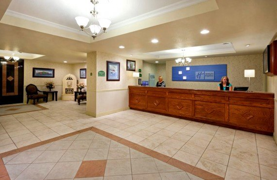 2-holiday-inn-express-reception