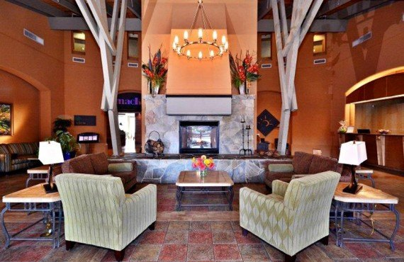 2-manteo-resort-spa-kelowna-lobby
