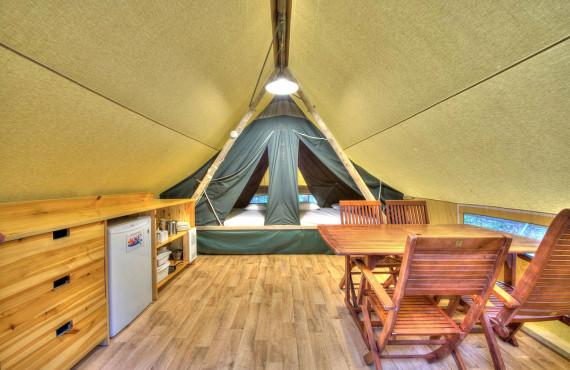 Intérieur d'une tente huttopia
