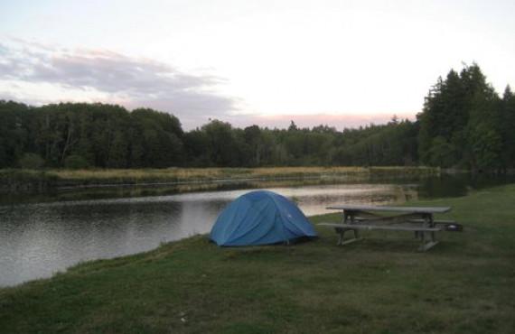 Camper près de la rivière