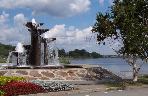 Fountain on the edge of Lake Osisko - © WikiCommons, Mathieu Pelletier