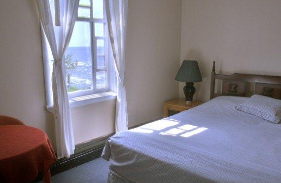 Auberge Manoir des Sapins - Chambre privée, lit queen et un lavabo