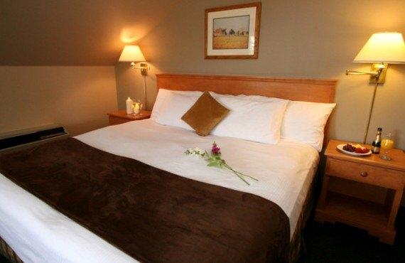 3-hotel-hillcrest-revelstoke-ch-king