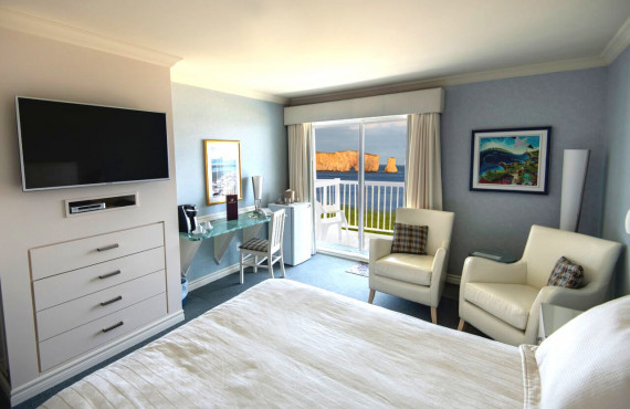 Standard Percé Rock view with one queen size bed