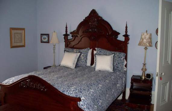 The Pinner Room, Queen bed