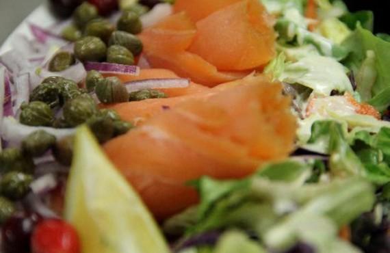 Salade aux crevettes et saumon fume