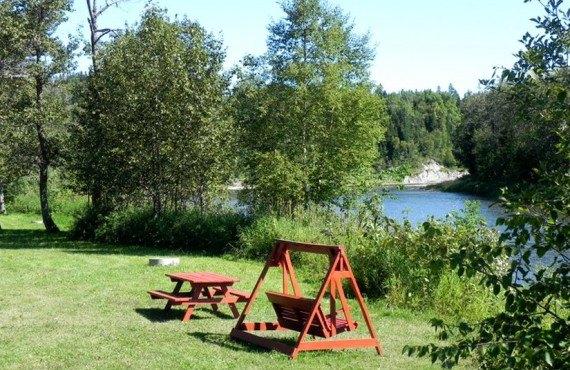 Camping de la Rivière Matane - Tables à pique-nique sur le site