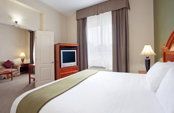 4-holiday-inn-express-suite
