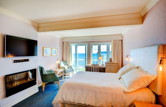 Percé Rock view with one queen size bed