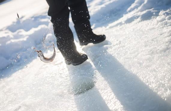 Plongez votre ligne dans un trou percé dans la glace