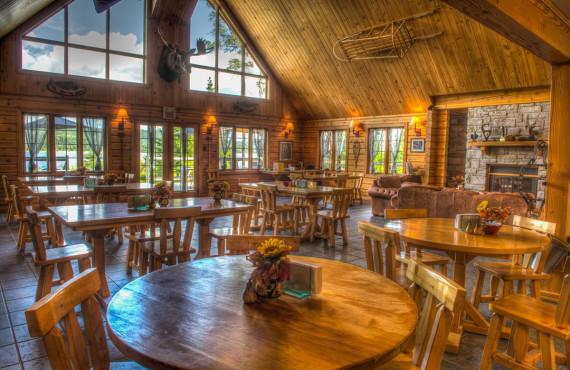 Salle à manger avec foyer