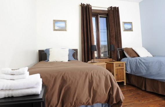 Bleuet Chocolat - 2 lits Simples, salle de bain partagée.