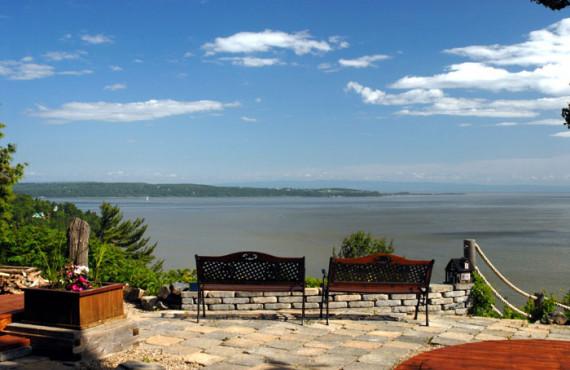 Terrasse et vue sur le fleuve Saint-Laurent