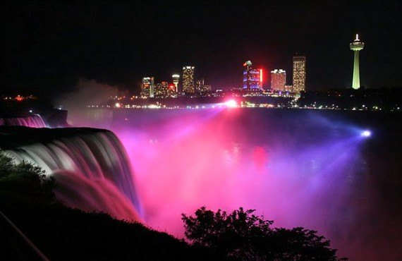 Days Inn by the Falls - Les Chutes Niagara en soirée