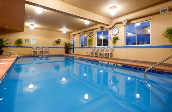 7-holiday-inn-express-piscine
