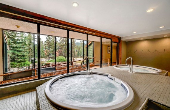 8-lake-louise-inn-jacuzzi