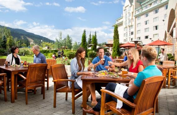 9-fairmont-chateau-whistler-terrasse