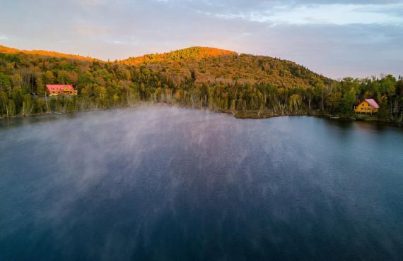 Vue exceptionnelle sur les collines et le lac poissonneux
