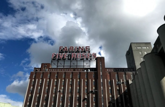 Où prendre en photo l'enseigne lumineuse Farine Five Roses