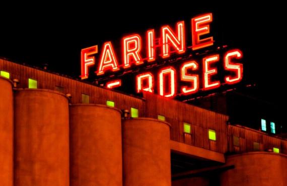 Enseigne lumineuse Farine Five Roses en soirée