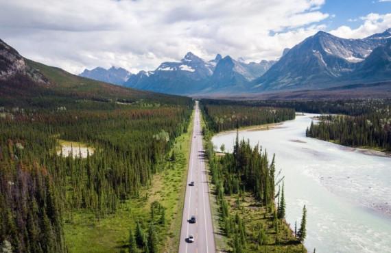 Vue aérienne de la Icefields Parkway en Alberta