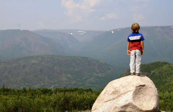 Jeune garçon au sommet du mont Ernest-Laforce