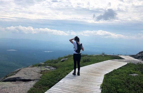 Randonnée en famille jusqu'au sommet du Mont-du-Lac-des-Cygnes