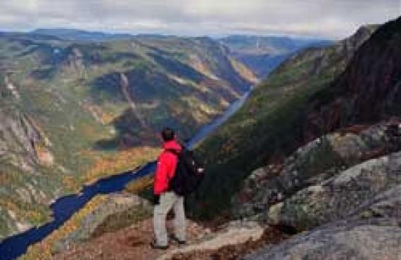 Sentier de l'Acropole-des-Draveurs dans le Parc des Hautes-Gorges