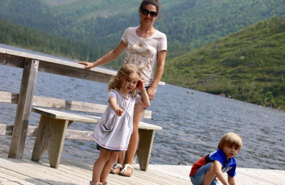 Famille en randonnée pédestre au Lac aux Américains dans le parc national de la Gaspésie