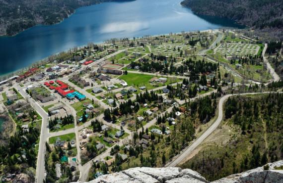 Vue aérienne sur le village de Waterton en Alberta