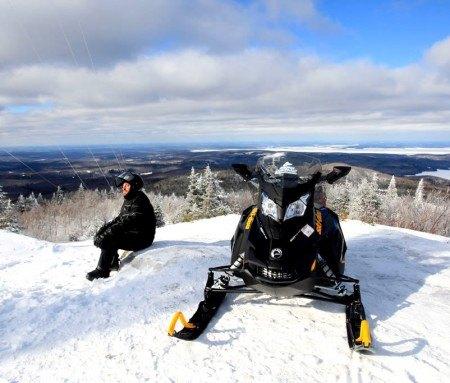 Arrêt au sommet lors d'une randonnée à motoneige
