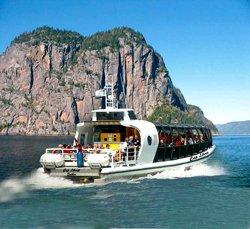 Bateau-mouche sur le Fjord du Saguenay
