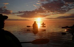 Kayak de mer au coucher du soleil