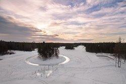 La pêche blanche sur un lac gelé