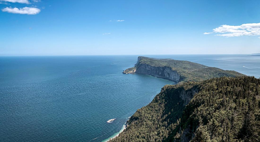 Vue sur le bout du monde depuis la tour Mont Saint-Alban