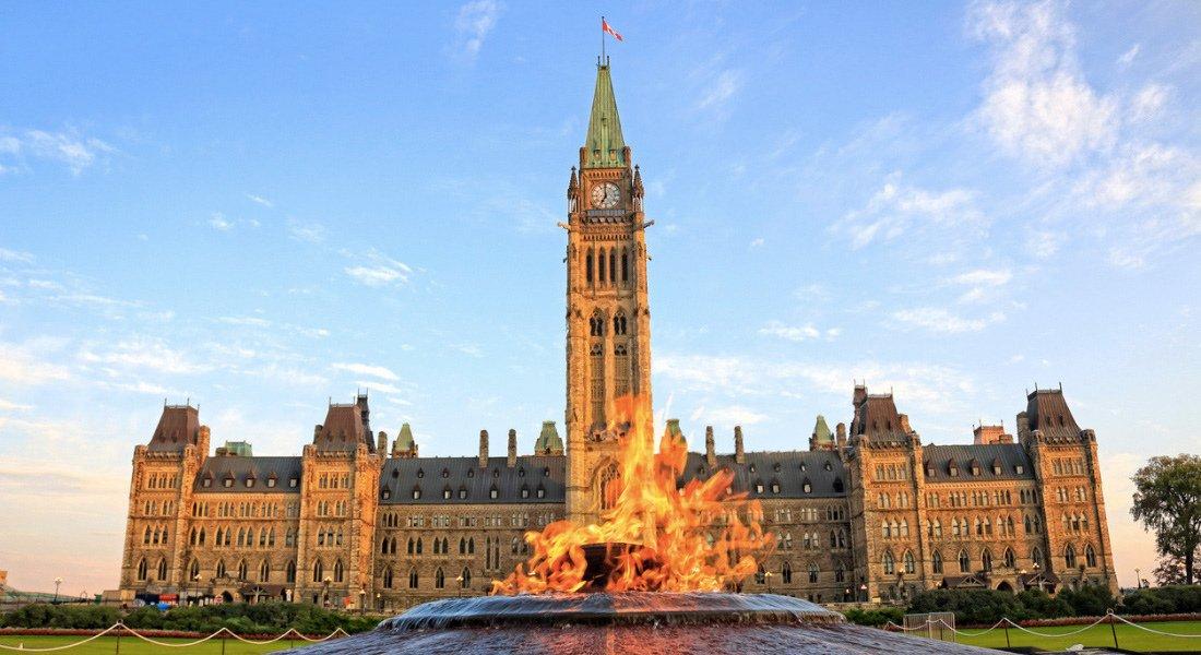 Flamme du centenaire et parlement d'Ottawa