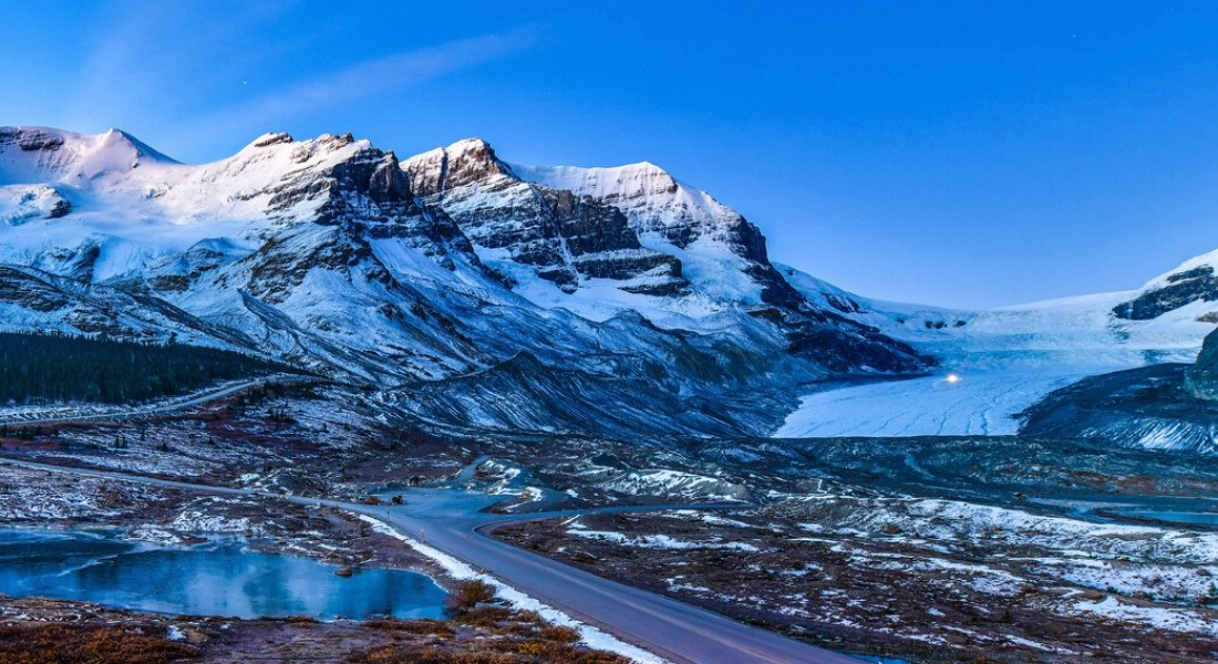 Vue sur la Glacier Athabasca à la tombée de la nuit
