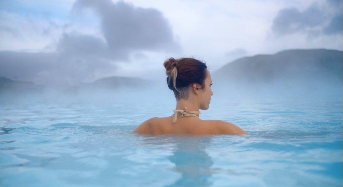 Femme se relaxant dans les sources thermales de Miette