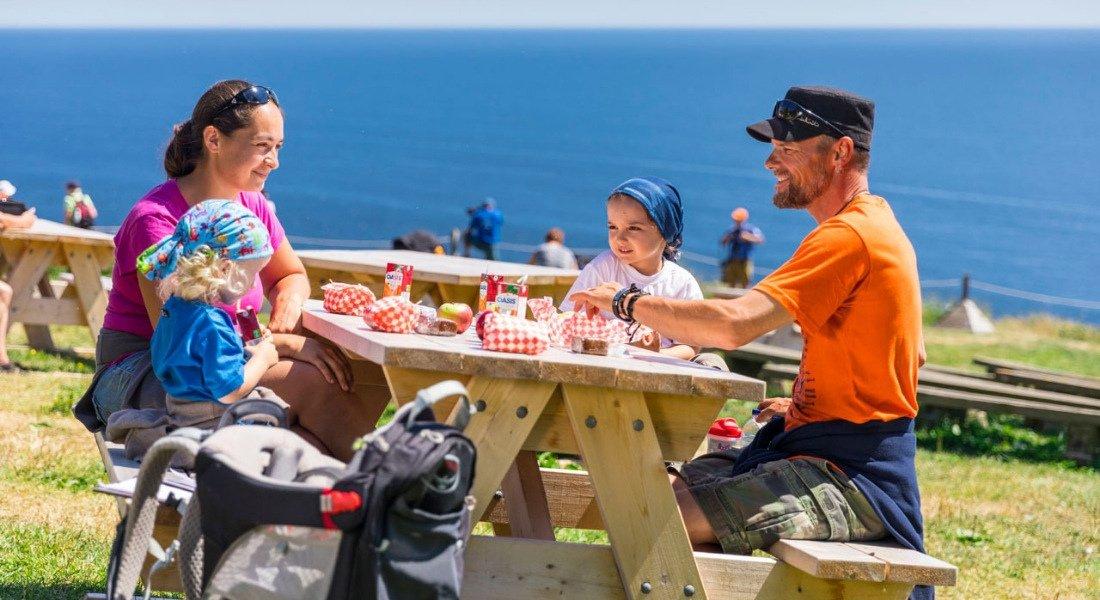 Famille sur l'île Bonaventure en Gaspésie