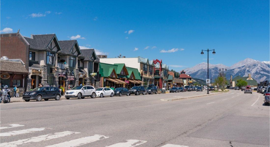 Vue sur la rue principale et les magasins de la ville de Jasper