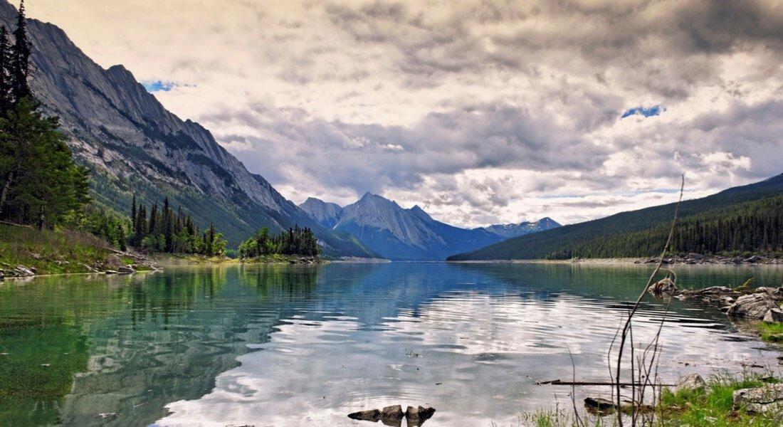 Vue sur le lac Medicine par temps couvert