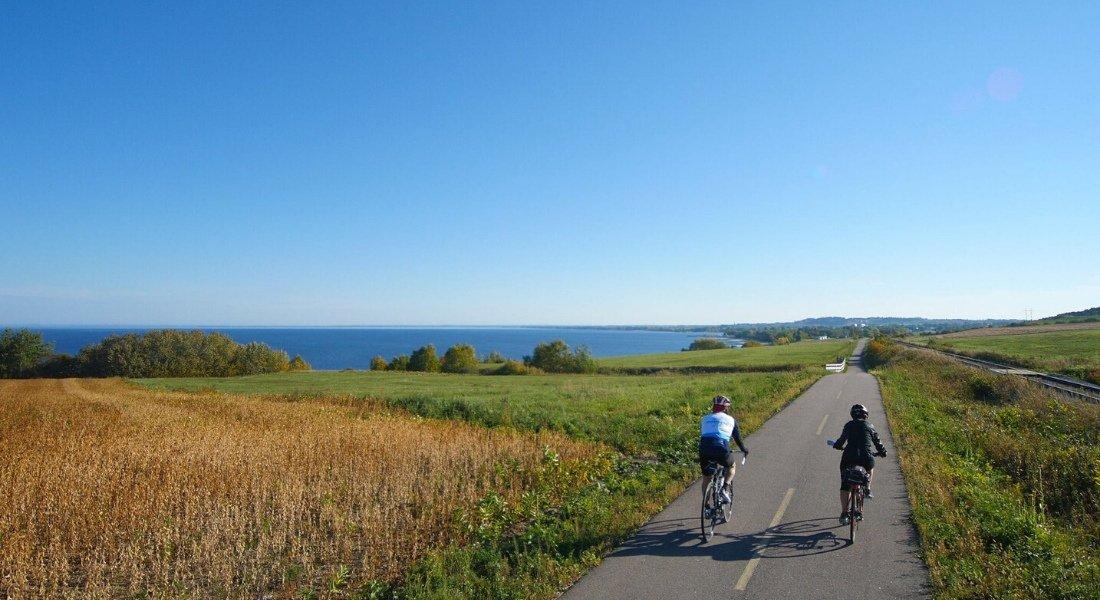Cyclistes sur la véloroute des bleuets au Lac Saint Jean